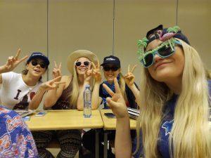 Koululaisia hassuissa hatuissa